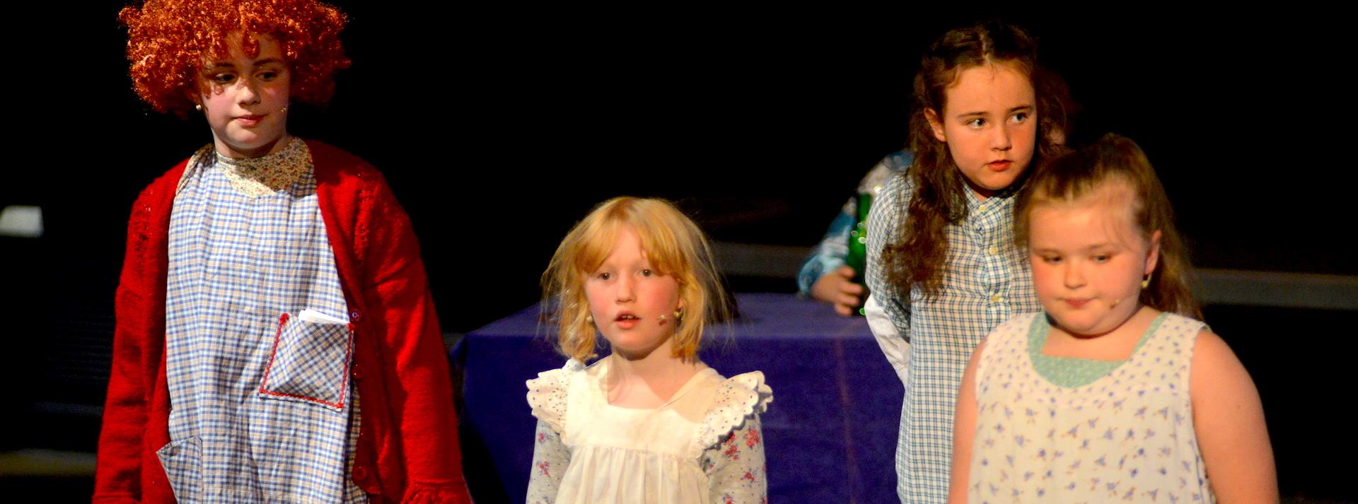 1920x700-showcase-siogenedd-aberdare-wales-youth-theater-performance-confidence-drama-club-annie-2017-031